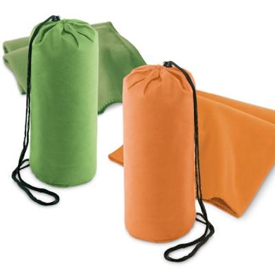 Plaid couverture polaire personnalisée publicitaire pas cher avec sa housse. Coloris vert ou orange